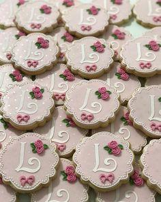 """Vania Braga Cookies on Instagram: """"🌸...quando nasce um bebê, nasce o sonho, os desejos, os anseios e a esperança. Quando nasce um bebê, nasce a felicidade. Quando nasce um…"""" Galletas Cookies, Baby Cookies, Flower Cookies, Royal Icing Cookies, Yummy Cookies, Cupcake Cookies, Sugar Cookies, Elegant Cookies, Monogram Cookies"""