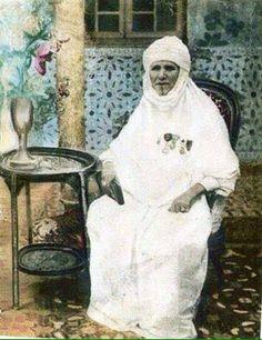 """القايدة حليمة""""  السيدة حليمة زياني بن يوسف، التي تعرف باسم """"القايدة حليمة"""" (1855 - 1944) التي اقترن اسمها بالأعمال الخيرية التي قدمتها لمواطني وهران، وكرّست حياتها في تسيير الأملاك العائلية وممتلكاتها الهامة، وقد ساهمت """"القايدة حليمة"""" في بناء مسجد """"بن كابو"""" الواقع بالقرب من حي """"المدينة الجديدة"""" لتدفن فيه، إضافة إلى أنّها تنازلت عن قطعة أرض شاسعة بمنطقة """"عين البيضاء"""" مما سمح باحتضان أكبر مقبرة بولاية وهران"""