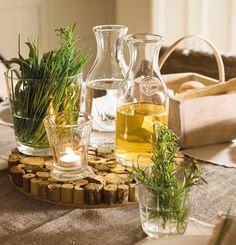 Madera y cristal  Botellas y vaso con vela, de Pomax, en Teklassic. Salvamanteles de madera en Becara.