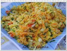 FAROFA. 3 cenouras raladas; 1 lata de milho verde escorrido; 1 lata de ervilha escorrida (ou ervilha congelada); 10 azeitonas verdes picadas; 3 ovos cozidos picados; 1 pimentão verde bem picadinho; 1 pimentão vermelho bem picadinho; 2 tomates sem semente picados; 1 cebola grande picada; cheiro-verde, sal e pimenta a gosto; 1 1/2 xícara farinha de milho; 1 1/2 xícara farinha de mandioca torrada; 1 xícara azeite; 1 xícara passas; sal e pimenta à gosto.