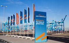 """A APM Terminals, empresa que opera 81 instalações portuárias e 153 unidades retroportuários em todo o mundo, conquistou o prêmio internacional """"Operador Portuário do Ano"""", do Lloyd's List Global Awards 2015, um dos mais importantes do"""