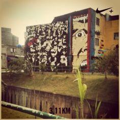 Um #shoot no meio da #corridinha haha' pago o maior pau mesmo pra esse #trampo #Comics e esses #Stencil dos #imigrantes no #mural  #sbc #Bernocity um dia eu sento pra trocar ideia com o #artista se não me engano #Cena7, there's no #Monet, no #Picasso here in #Guetto, and fck ya #Dali ! #arte #grafitti #streetart #rua #artedasruas #mnt #Colorgin #allcaps #Brazil #nikeplus #running #afternoon #picofday