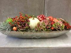 herfst schaal . nodig : lange schaal - oasis - hortensia - pompoen - sier fruit - malus appeltjes - besjes - tillandsia . gedeeld door marjolein 131. Foto geplaatst door marjolein131 op Welke.nl