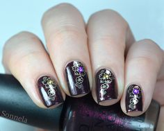 Tyytyväisen leimailijan violetinruskeat kynnet