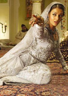 Aishwarya Rai in 'Umrao Jaan' Vintage Bollywood, Bollywood Girls, Most Beautiful Women, Beautiful People, New Dance Video, Indiana, Aishwarya Rai, Vintage Beauty, Indian Outfits