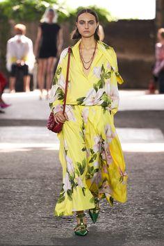 Valentino Prêt-À-Porter Printemps-Été 2021 - Défilé | Vogue Paris Fashion Week, Spring Fashion, Fashion Show, Fashion Looks, Fashion Outfits, Womens Fashion, Fashion Design, Valentino, Long Formal Gowns