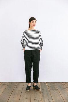 腰まわりはゆったりで、足首に向かって細くなっていくテーパードパンツは、着心地の良さと、ファッション性を兼ねそろえたYAECAの人気商品。素材はブランドオリジナルの綿100%製。特にブラックはボーダーと合わせても適度にキッチリした印象を与えてくれるので、「チノパンツはカジュアルになり過ぎちゃうから」と敬遠していた方にこそ着てもらいたい1枚。股上の深さもちょうどいいのでメンズライクになり過ぎてしまう心配もありません。ポケットはサイドとおしりに2つずつついています。