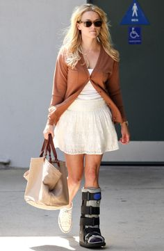 Reese Witherspoon in a medical boot Ankle Cast, Leg Cast, Walking Cast Boot, Broken Toe, Walker Boots, Fashion Advice, Fashion Outfits, Reese Witherspoon, Professional Outfits