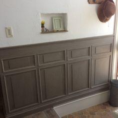 女性で、4LDK、家族住まいの腰壁DIY/DIY/ニッチ/漆喰壁/洋館風/壁/天井…などについてのインテリア実例を紹介。「玄関の壁に古い洋館風の造作腰壁を作りました♪」(この写真は 2015-10-13 06:24:59 に共有されました)