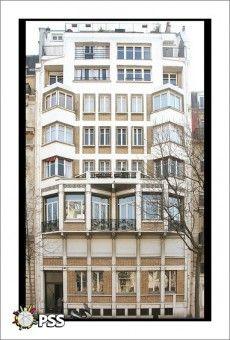 Immeuble de rapport (1913) 138, boulevard Exelmans Paris 75016. Architecte : Paul Guadet. Dans cet immeuble exceptionnel de rationalisme eu égard à son époque de construction (1912-1913) Guadet fait montre d'une rigueur étonnante dans la déclinaison des éléments d'ossature - probablement métallique - chaînant un remplissage de briques de couleur jaune, très parisiennes. Baies et bows-windows ont 15 à 20 ans d'avance sur leur temps, seuls les fer forgés sont datés !