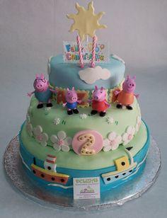 Esta súper tarta en fondant de 6kg ha sido para el 2º cumpleaños de la pequeña Nazira. Sus papás se han llegado a nuestra pastelería para encargarnos una tarta soñada de Peppapig para su princesita. Como son tantos en la familia, hemos elaborado una tarta en fondant de 3 pisos incluyendo cielo, mar y tierra y a toda la familia de Peppapig. Le gusta a tus niños Peppapig? ¡Sorpréndeles con una preciosa tarta en fondant! ¡Llámanos al 616849394! www.tartasmalaga.net