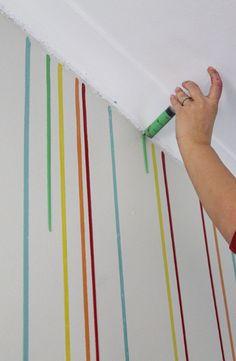 Carga una jeringa de pintura y la utiliza para pintar la pared. ¿El resultado? ¡Soprendente! – La voz del muro