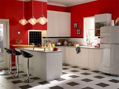 Weiße Metrofliesen mit rot angestrichenen Wänden kombinieren
