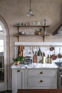 Each kitchen under the deVOL brand is a true small masterpiece. Or not really small, as in this case – the company recently created a gorgeous spacious kitchen in a renovated former school house in Germany. Arched windows, high ceilings and open space – thanks to the unusual purpose of living in the past, the... Shaker Kitchen, Old Kitchen, Kitchen Dining, Kitchen Cabinets, Vintage Kitchen, Kitchen Decor, Elegant Kitchens, Beautiful Kitchens, Countryside Kitchen