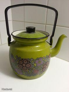 Finel Primavera -kahvipannu Kitchenware, Tableware, Vintage Dishes, Kitsch, Finland, Tea Pots, Nostalgia, Enamel, Retro