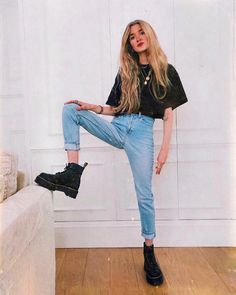 f5a8ee45ded74 Women Clothing 6 simple pieces that guarantee the visual highlight - Black  blouse, mom jeans, coturno Women Clothing Source : 6 peças simples que  garantem ...