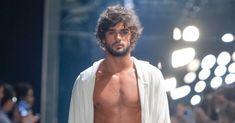 El balance perfecto de la sastrería y el traje de baño se presenta en la colección de primavera/verano 2017 de Murilo Lomas en la sema...