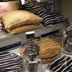 Härliga produkter du bara kan köpa här på R.O.O.M. Bricka liten 199kr, stor 495kr, kudde 50x50cm 595kr, kudde 30x50cm 495kr, tändsticksask 45kr. #barapåroom #favoritpåroom #butikenroom #roombutiken #zebra #bricka #kudde