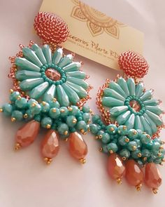 La imagen puede contener: 1 persona Diy Tassel Earrings, Cute Earrings, Beaded Earrings, Beaded Jewelry, Jewellery, Brooches Handmade, Earrings Handmade, Handmade Jewelry, Jewelry Making Tutorials