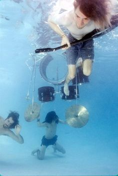 Nirvana pool photos taken by Kirk Weddle in November of feature Dave Grohl, Krist Novoselic and Kurt Cobain frolicking in a pool and underwater action shots with their instruments. Nirvana Kurt Cobain, Scott Weiland, Eddie Vedder, Pearl Jam, Rock And Roll, Music Rock, Grunge, Donald Cobain, Underwater Photos