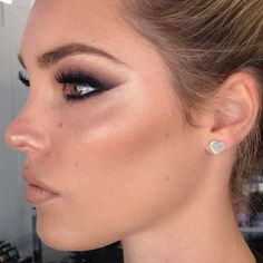 Profile perfection ✨✨✨ @danniwoodward  Online Makeup Masterclasses coming soon.... Get excited ✌️ #miaconnor© #nofilternoproblem #highlightwhore