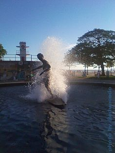 Monumento ao surfista em Santos/SP, onde nasceu a prática do surf no Brasil, exatamente no Canal 2.