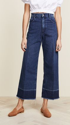 Ahead, we're breaking down the foolproof anti–skinny jean outfits Lucy Hale swears by. Here's exactly how the actress wears this trending denim style. Jean Outfits, Cool Outfits, Denim Fashion, Fashion Outfits, Fashion Weeks, Fashion 2020, Paris Fashion, Winter Fashion, Jeans Azul