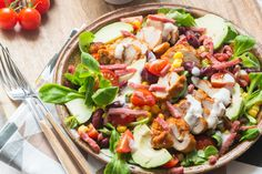 Une salade rapide à réaliser et pleine de saveur à base de poulet grillé épicé, de maïs, haricots rouges et avocat avec une sauce onctueuse.