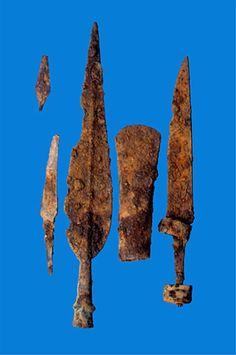 Rautakautinen hauta Konnevedeltä. Keski-Suomen museo, kuvannut P. Helin 1998. Konneveden Kärkkäiskylän Majakankaan niemestä löydetyn polttohaudan hauta-antimia. Kuvassa konservoimattomat rautaesineet: ylhäällä vasemmalla nuolenkärki ja sen alla puukko, keihäänkärki, putkikirves ja väkipuukko. Keihäänkärjen niitit ja väkipuukon helat on koristettu pronssilla tai kuparilla. Hauta on merovingiaikainen (600 - 800 jKr). Viking Sword, Viking Axe, Iron Age, Dark Ages, Folklore, Arrows, Finland, Vikings, Knives