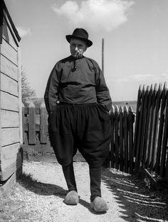 Man in klederdracht met boezeroen, Marken (1950-1960) Maker: fotograaf: Oorthuys, Cas #NoordHolland #Marken