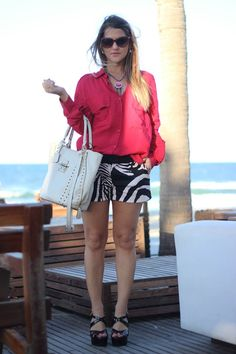 Here is always summer. So, here is my job look of the day, at the beach, with zebra short and red blouse. Schutz Bag, and Arezzo sandals. This is brazilian style look of the day.