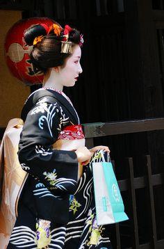 Kyoto, Japan(Maiko / Geisha). Love this kimono!!