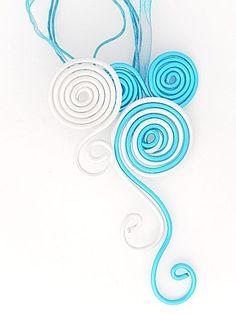 Collier pendentif fil aluminium bleu turquoise et blanc nacré