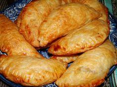 Bladerdeeg kerriegehakt pasteitjes / - 500 g rundergehakt - 30 ml olie - 1 ui, geraspt - 2 teentjes knoflook, fijn - 1 kleine wortel (peen), in zeer kleine blokjes gesneden of geraspt - 15 ml kerriepoeder - 5 ml kurkuma - 2 cm verse gember, geschild en geraspt - 3 ml komijn - 3 ml koriander - 1 t zout - 1/4 t zwarte peper - 1 t suiker - 60 ml tomatenpuree - 60 ml water - doperwten - 1-2 e geraspte droge kokos - bladerdeeg plakjes 12x12 cm / Kunnen gebakken of rauw ingevroren worden. Dutch Recipes, Asian Recipes, Snack Recipes, Cooking Recipes, Meat Recipes, Empanadas Recipe, Ramadan Recipes, Indonesian Food, Perfect Food