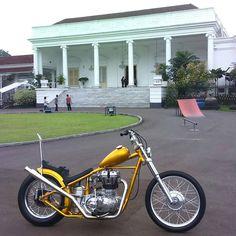 Motorbike Stand, Chopper Motorcycle, Motorcycle Design, Triumph Bobber, Bobber Bikes, Vintage Motorcycles, Bullet Bike Royal Enfield, Motos Harley Davidson, Old School Chopper