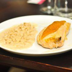 Préchauffez le four à 150°C (thermostat 5).Préparez la sauce fondue :Frottez une casserole avec les gousses d'ail.