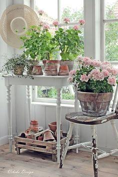 Pink Geranium Cottage Shabby Chic decoration and furnishing. Jardin Style Shabby Chic, Cottage Shabby Chic, Shabby Chic Homes, Shabby Chic Decor, Cozy Cottage, Cottage Style, Cottage Design, Porche Shabby Chic, Decoration Shabby