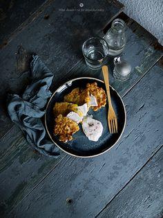 Mais und Zucchini-Kuchen mit Ziegenkäse und pochiertem Ei /