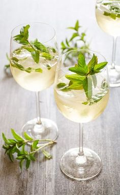 6 drinks with cava or prosecco - Cocktail Design Prosecco Cocktails, Fruity Cocktails, Refreshing Drinks, Fun Drinks, Alcoholic Drinks, Vodka Drinks, Holiday Cocktails, Rum Cocktail Recipes, Cocktail Drinks