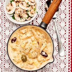 Krämig kycklinggryta med italienska smaker är sällan fel! Denna med vitlök, grädde, timjan och oliver. Låt grytan koka ihop en stund för extra mustighet innan du serverar den med ris eller pasta och den fräscha salladen på champinjoner, basilika och vinägrett. Mums!