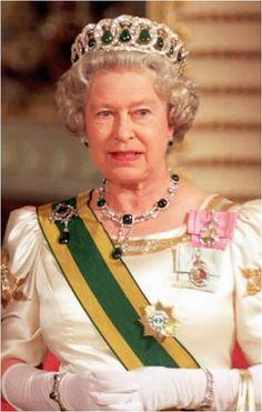 The Cambridge Emeralds in the Vladimar tiara and the Delhi Durbar necklace worn by Queen Elizabeth II. Royal Crowns, Royal Tiaras, Elizabeth Philip, Queen Elizabeth Ii, Princess Margaret, Princess Diana, Delhi Durbar, Royal Queen, Queen Mary
