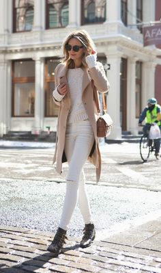 42 beautiful white pants outfit ideas for the fall that will make you look elegant Beige Outfit, Camel Coat Outfit, Neutral Outfit, Neutral Colors, White Sweater Outfit, Winter Fashion Outfits, Fall Winter Outfits, Autumn Fashion, Colourful Outfits