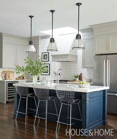 The trio of silver Bertoia barstools takes this classic kitchen in a decidedly more modern direction. | Photographer: Alex Lukey Designer: Rachel Fox