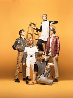 Parcels whove worked with Daft Punk sound like The Beach Boys go disco Band Pictures, Band Photos, Art Poses, Portrait Poses, Group Photography, Portrait Photography, Group Photo Poses, Friendship Photoshoot, Studio Family Portraits