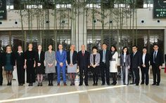 Yhteinen valokuva aloitti työntekijävaihdon. Kuvassa keskellä Kaarina Soikkanen ja hänen vieressään mustassa puvussa Pekingin lentokentän varapääjohtaja DU Qiang.