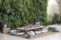 Inspiradas pelo ar leve e agradável da primavera, suas cores e alegria, montamos uma mesa de almoço com um clima de picnicindoor para um encontro informal entre amigos, muito charme, verde e abacaxis! Com formas exuberantes e tropicais, a fruta tema de nossa mesa é também a musa representada em itens que escolhemos para compor um cenário descontraído.