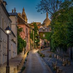 💕 OPENING YOUR HEART TO LOVE REQUIRES A DEGREE OF VULNERABILITY AND SURRENDER 💕 Montmartre Paris, Paris Paris, 5 Days In Paris, Weekend France, France Travel, Paris Travel, Traveling By Yourself, The Neighbourhood, Beautiful Places