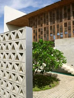 Sri Lanka, maison, architecte Shigeru Ban © Philippe Garcia I like the exterior diving wall. Shigeru Ban, Architecture Résidentielle, Tropical Architecture, Amazing Architecture, Facade Design, Exterior Design, House Design, Facade House, Tropical Houses