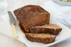 A popular, moist meatloaf that is baked in its own barbecue-flavoured sauce. Great with mashed potatoes and vegetables, with the sauce drizzled over them. Mince Recipes, Cooking Recipes, Batch Cooking, Meatloaf Ingredients, How To Make Meatloaf, Good Food, Yummy Food, Meatloaf Recipes, Bbq Meatloaf
