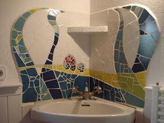 Esta es la segunda parte de un lavabo que hice en la urbanización de La Font cerca de Pollença, Mallorca, el año pasado hicimos la ducha y c... Mosaic Bathroom, Bath Tiles, Mirror Mosaic, Mosaic Wall, Mosaic Tiles, Mosaic Madness, Shower Pan, Earthship, Mosaic Projects